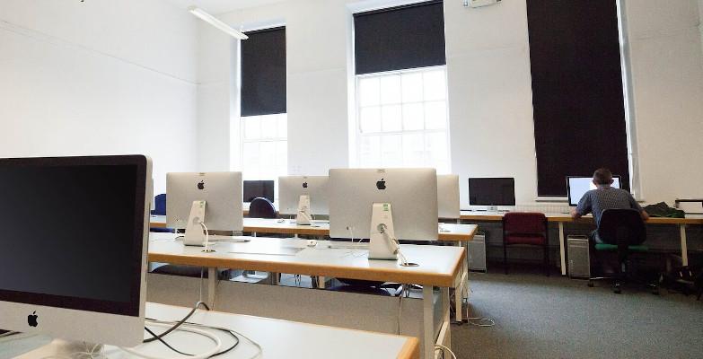Ein Büro-Raum mit blickdichten Rollos