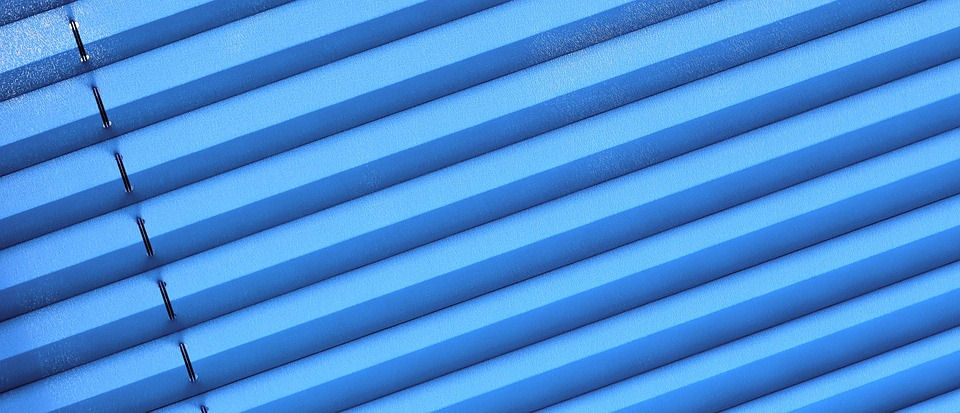 Plissee reinigen: Blaue Lamellen