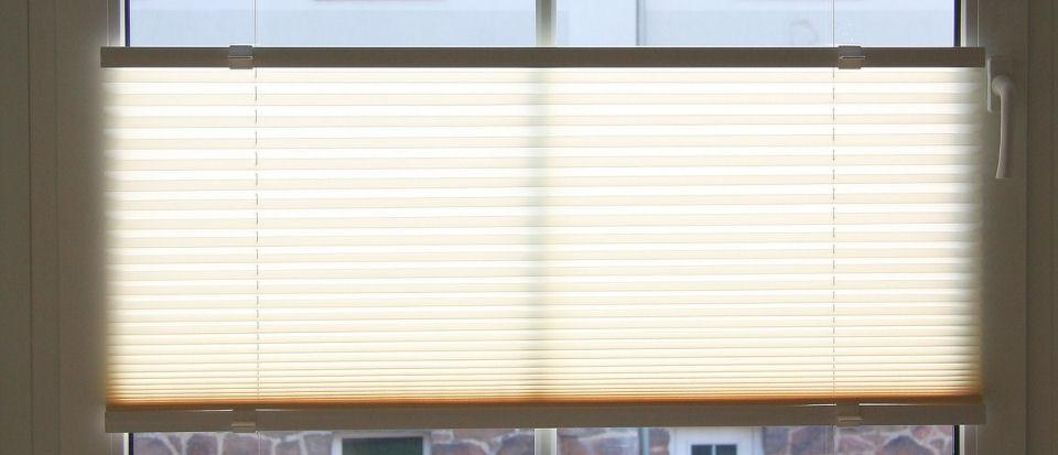 Plissee reinigen: weiße Lamellen