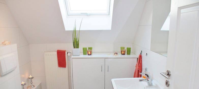 Plissee fürs Dachfenster schenkt Privatsphäre im Bad